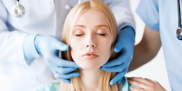 La chirurgie esthétique apparaît parfois comme la seule solution qui permettrait de mettre fin à un complexe esthétique